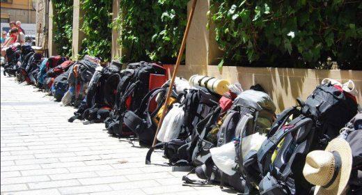 Rucksäcke von wartenden Pilgern in Logroño